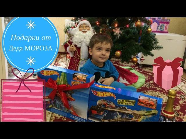 Открывают подарки от деда мороза 928
