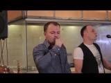 Певец из ресторана здорово перепел известную песню