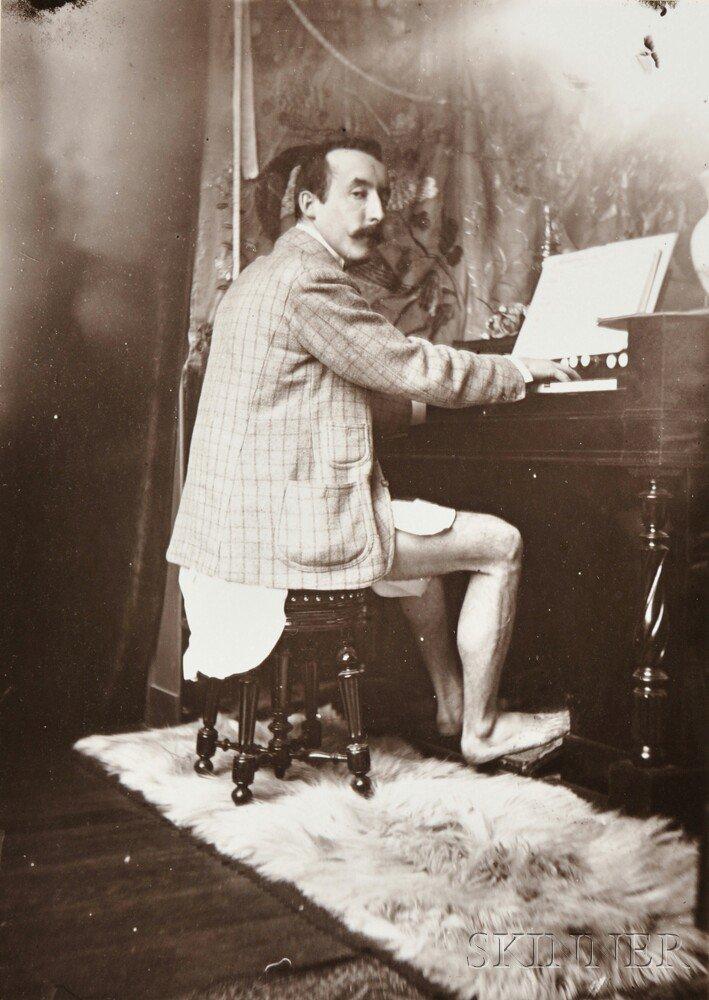 Поль Гоген без штанов играет на гармониуме в студии Альфонса Мухи, 1895 год.