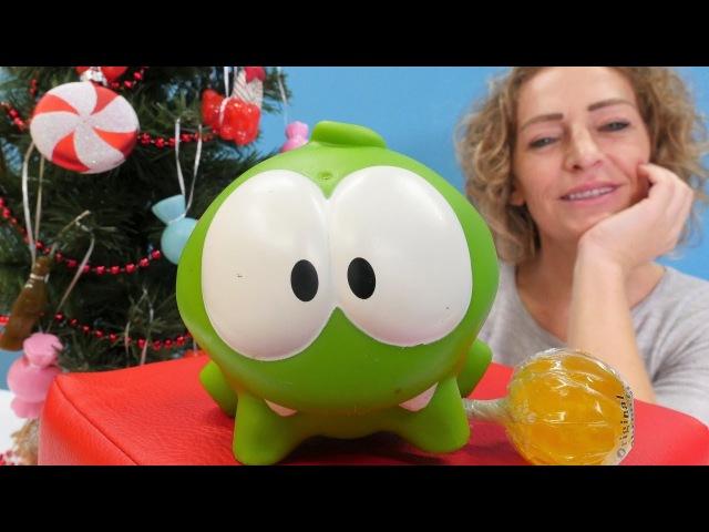 OmNom schmückt den Weihnachtsbaum. Video für Kinder.