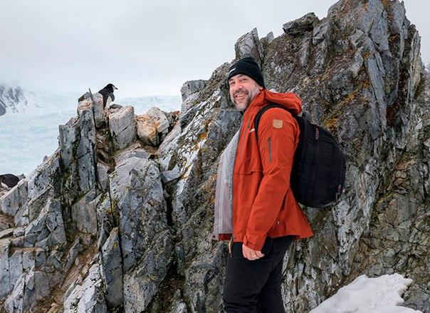 В свой заслуженный отпуск Хавьер Бардем отправился на море. Вот только отдохнуть и позагорать у него не получилось: вместе с братом - актером Карлосом Бардемом - он побывал в Антарктике у берегов моря Уэдделла.