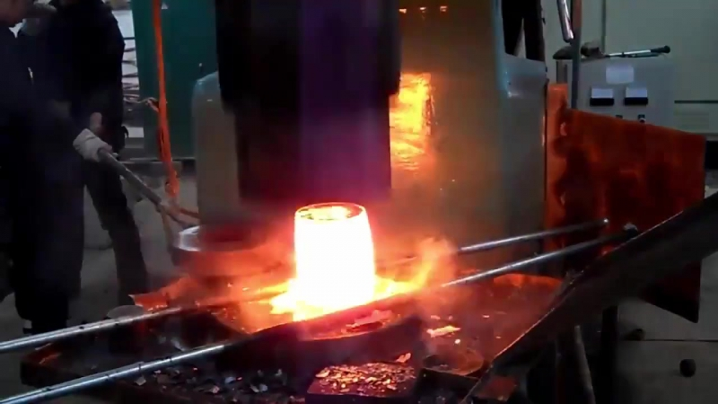 Невероятная обработка раскаленного металла многотонным молотом