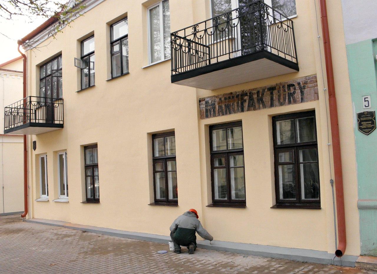 В Бресте при ремонте сохранили польские надписи на фасадах FRYZJER и MANUFAKTURY