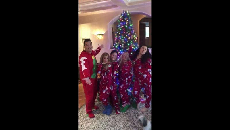 Семья Ловато и Де Ла Гарза на праздновании Рождества 25 декабря