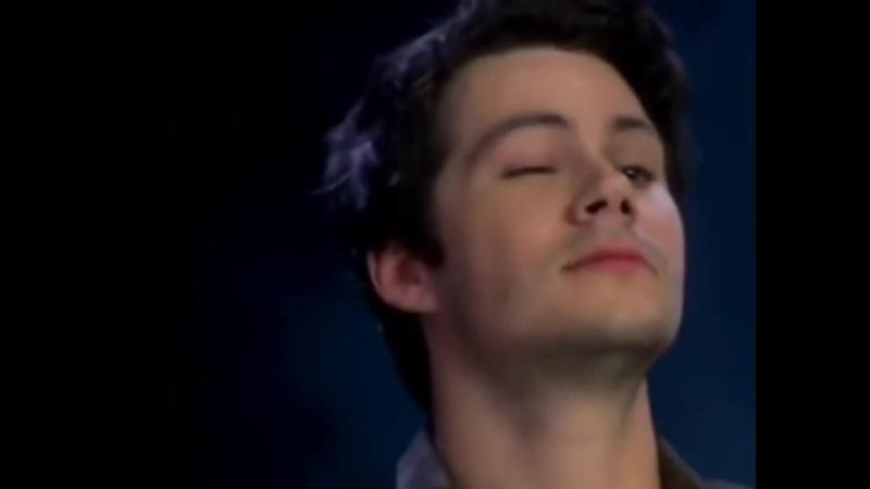 Дилан подмигивает