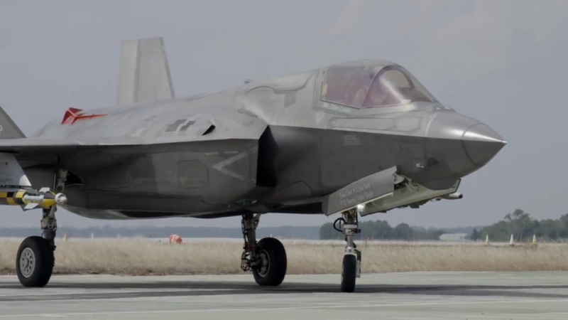 Увешанный бомбами истребитель F-35 впервые испытали трамплином