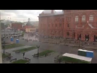 В Москве все настолько плохо с погодой, что даже туалеты попытались сбежать с Красной площади от дождя. Надеемся, что без пассаж