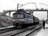 Электровоз ЧС2-579 с пригородным поездом на станции Харьков-Пассажирский отправляется с платформы Новосёловка
