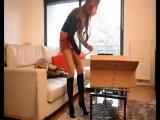 Кожаная мини юбка и кожаные сапоги