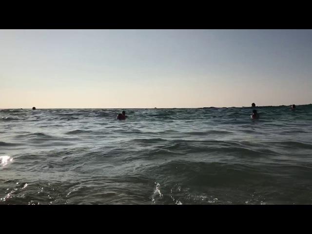 Большие волны на Карон Бич
