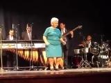 Бабуля отжигает под живую музыку сальса!