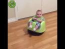 Ребенок на роботе-пылесосе
