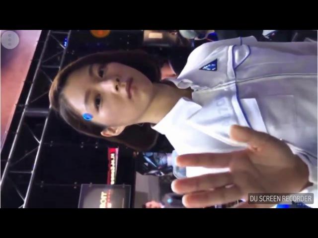 Девушка -андроид, на выставке тех-достижений Токио.
