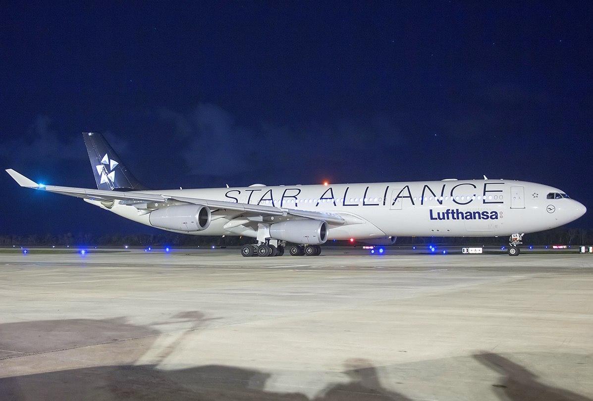 Самолет на ночной стоянке