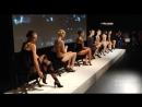 Девушки одевают колготки на сцене, нереально красивое зрелище, девушки в колготках, модели в колготках - Emilio Cavallini Merced