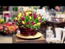 Корзина с жёлтыми и фиолетовыми тюльпанами
