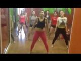 Девочки в студии в перерыве между репетициями показывают что умеют