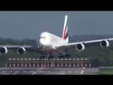 Посадка самолета A380 в аэропорту Дюссельдорфа во время сильных порывов ветра. (5.10.2017)