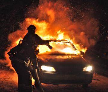 В Мончегорске девять пожарных тушили автомобиль