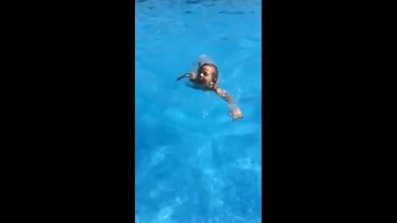 Аврора в бассейне