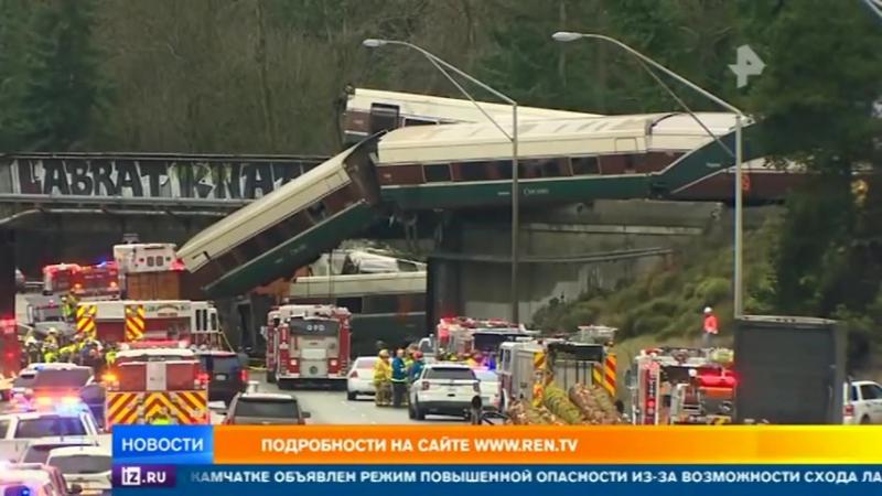 В США пассажирский поезд на полном ходу упал с моста на автотрассу