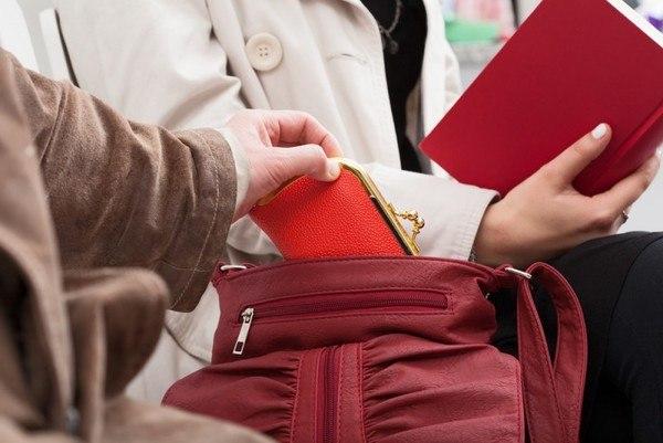 Жительница Кардоникской украла у своей односельчанки кошелек