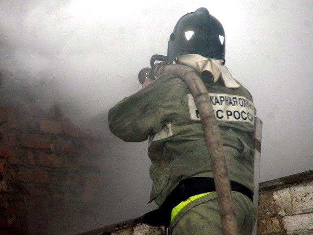 Ночью в Мурманске горело здание по соседству с пожарной частью