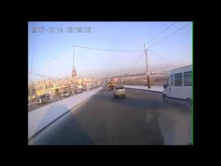 На ул. Алебашевской автокран сбил столб с камерами ГИБДД и женщину