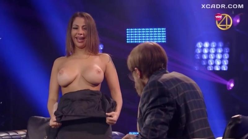 Елена Беркова показала голые сиськи в шоу «Деньги и позор» X