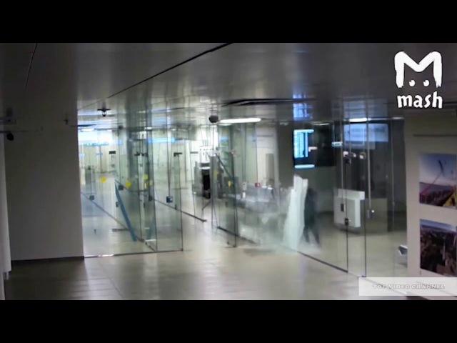 Каменная голова В аэропорту мужик пробил головой стеклянную стену и пошел на рейс