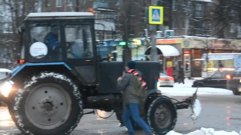 Школьник дерётся с трактором