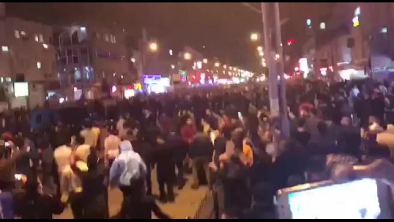 """- 50 тысяч протестующих кричат в городе Ахваз (Иран): """"Смерть диктатору""""."""