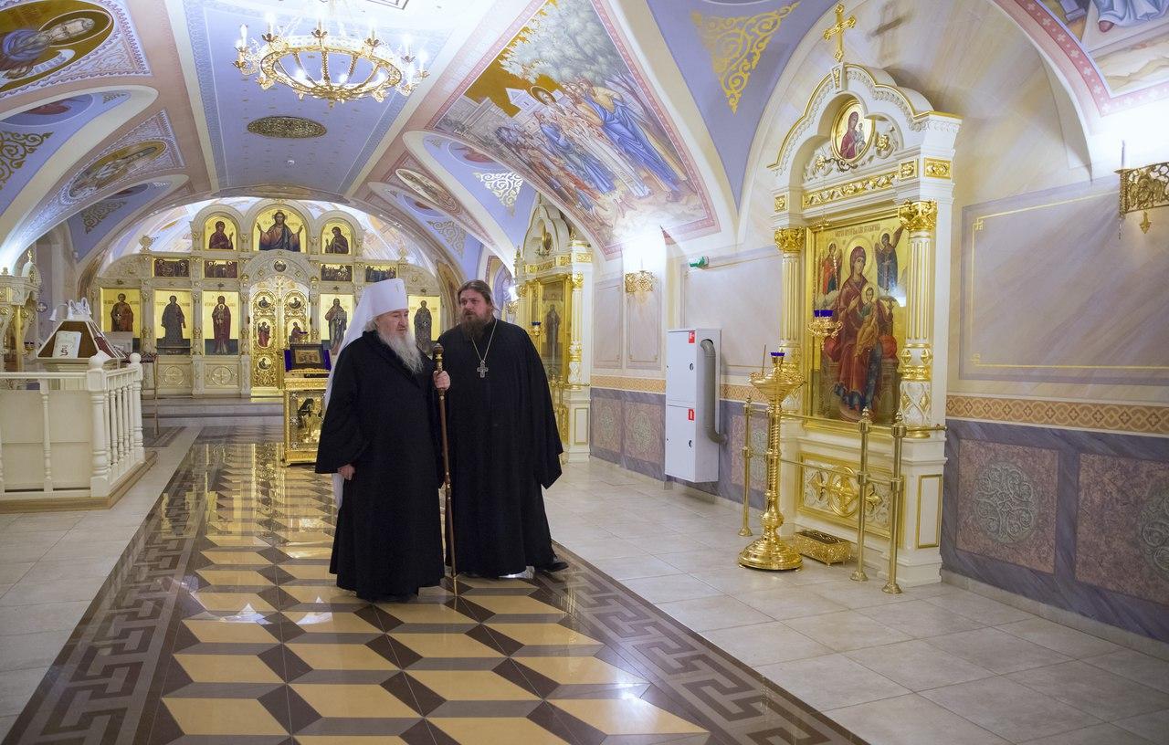 Митрополит Феофан ознакомился с ходом работ по росписи храма