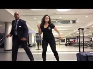Женщина решила с помощью танца скоротать долгую ночь в аэропорту