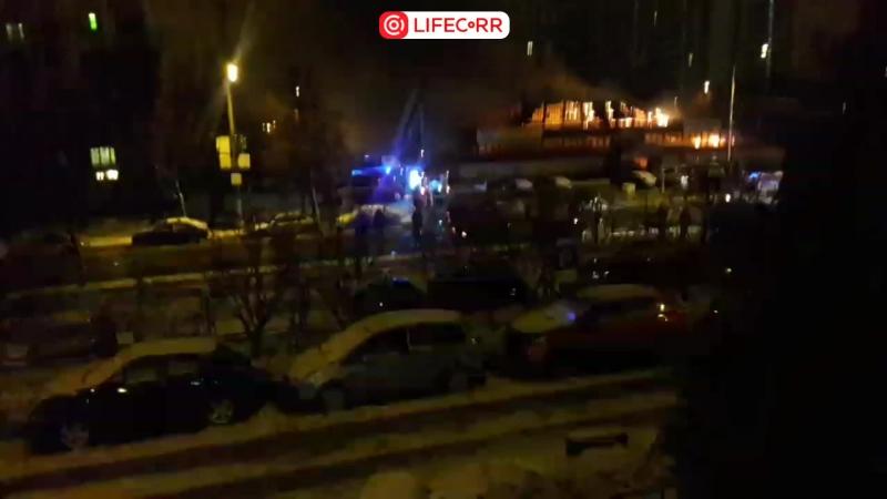 В Сумском проезде в Москве горит торговый павильон