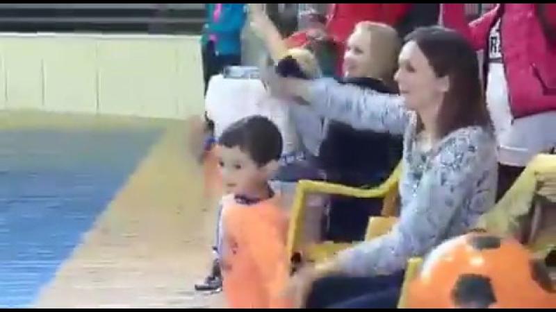 Малышня и мячик