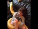Просто маленькая девочка смотрит телик со свой 6 метровой змеей