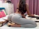 Девушка в леггинсах в обтяжку, в лосинах на каблуках перед вебкамерой [вебка, порно, попка, попочка, анал, дырочки, лифчик, груд