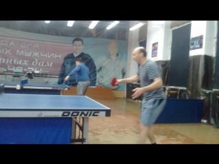 Дядя на тренеровке по теннису показывает мастер класс