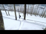 Спуск на сноуборде в лесу