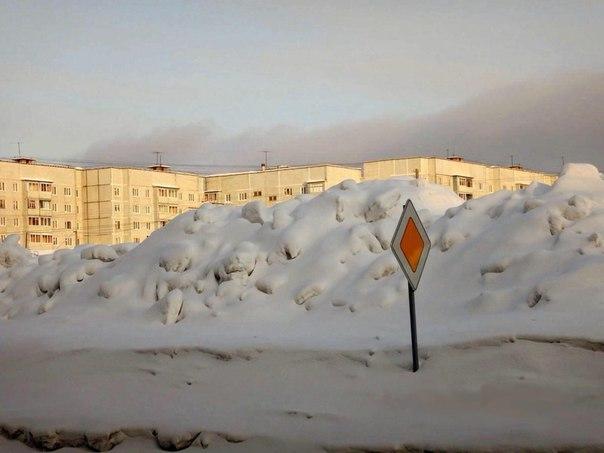Снежные горы в Усть-Илимске