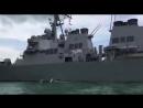 Американский эсминец Джон Маккейн с пробоиной от столкновения