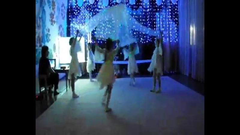 Танец Снежинок Зимний вальс с полотнами. Видео Юлии Буговой.