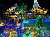 Ошеломительная иллюминация дома к Новому году.