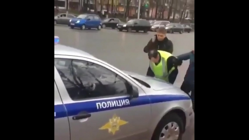Жол полицейі өз әріптесін пара алып жатқан жерінде ұстап берді (видео)