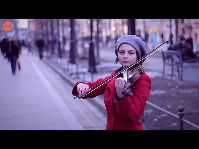 РУССКАЯ СКРИПАЧКА НА УЛИЦЕ ► играет красивую музыку на скрипке