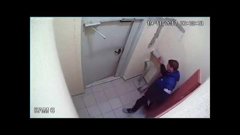 Пьяный мужчина, не найдя кнопку домофон,выбивал дверь (подъездный плен)