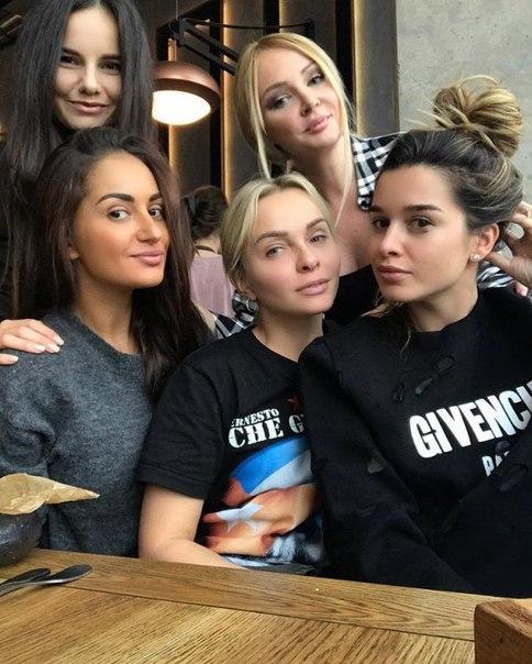 Ненакрашенная Ксения Бородина пообедала с подругами