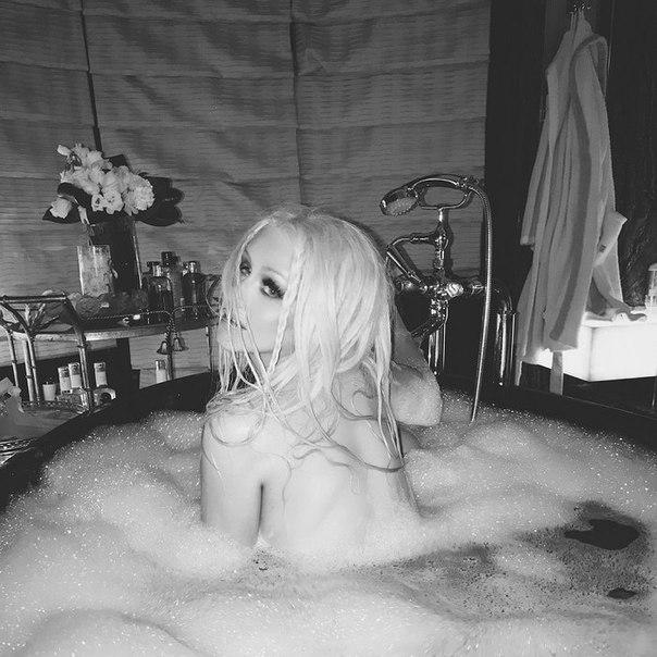 Горячо! 37-летняя Кристина Агилера устроила эротическую фотосессию в ванной