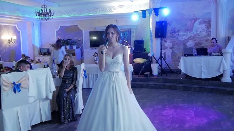 Невеста поёт песню для жениха.